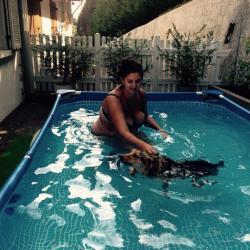 Yara a la piscine